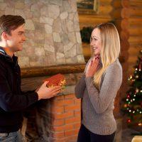 クリスマスプレゼントを彼女に手渡す