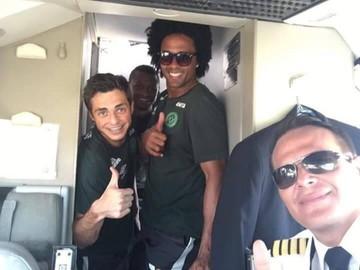 チームの選手とパイロット ©Mirror