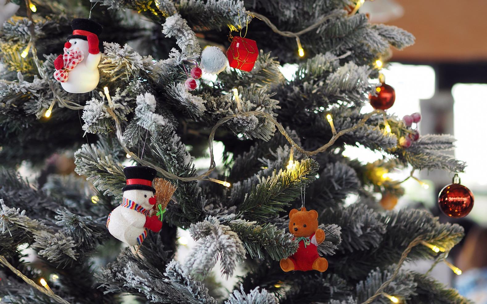 クリスマスツリーの煌びやか飾り