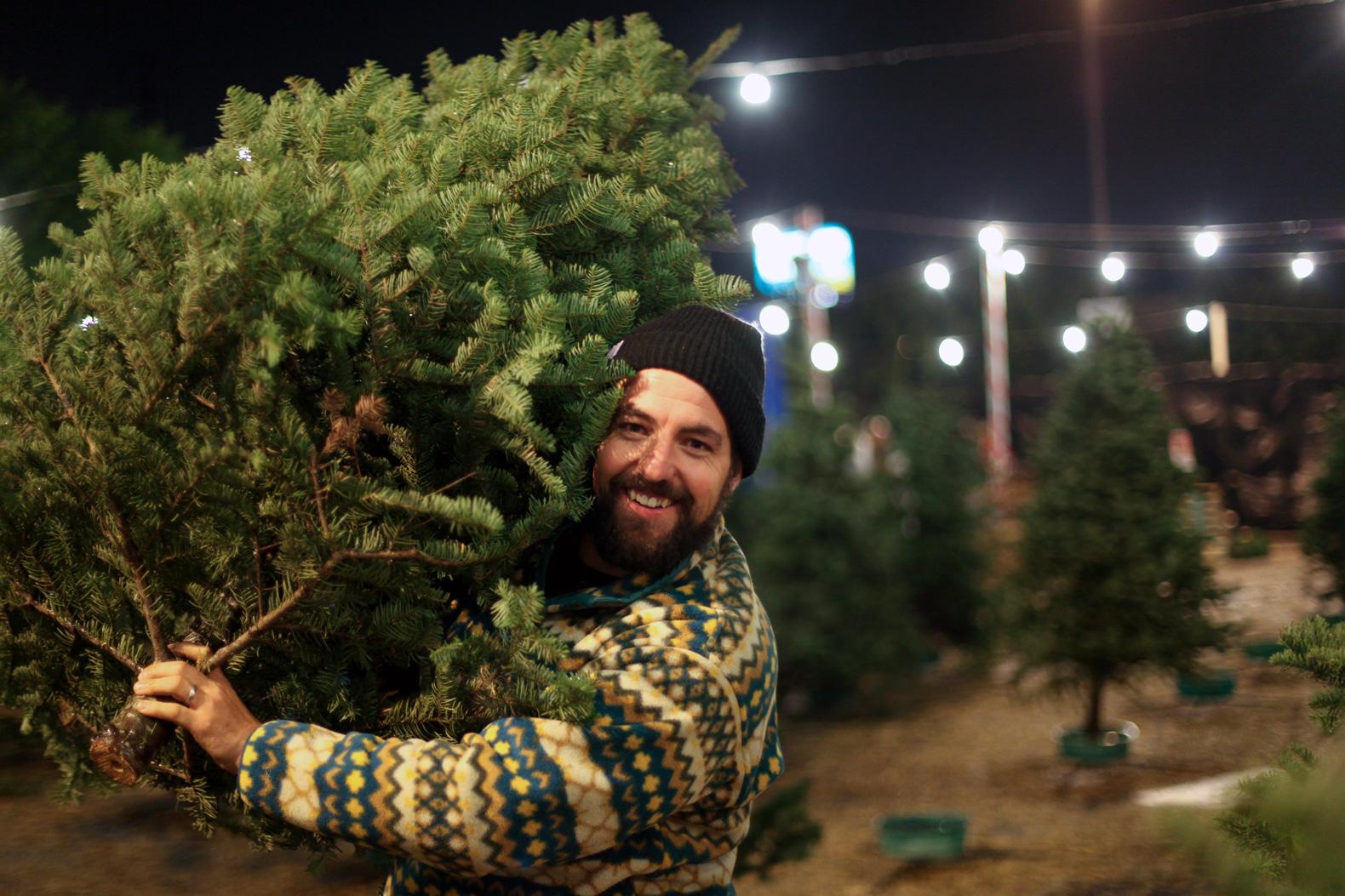 クリスマスツリーを買って帰るお父さん