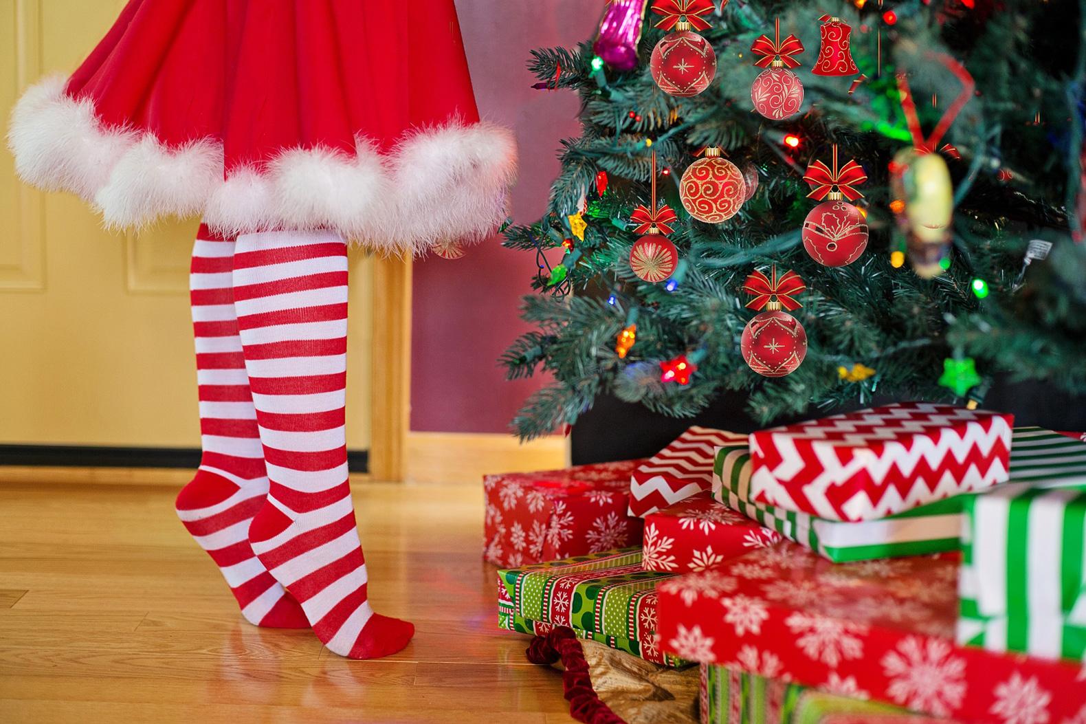 クリスマスツリーに飾り付けをする少女