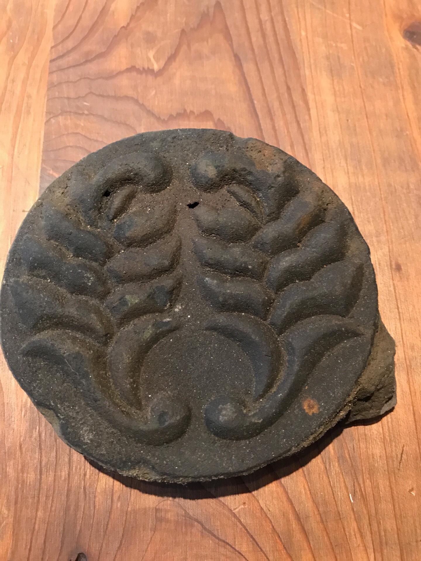 鍋島家の家紋の入った軒丸瓦