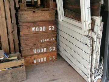 WOOD 63 と書かれた木の箱
