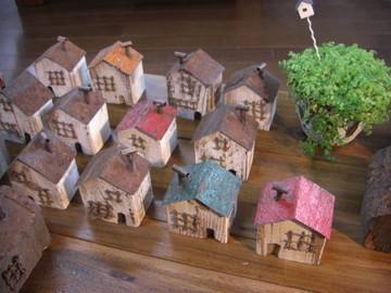 カラフルな屋根の錆びた家