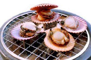網で焼くヒオウギ貝