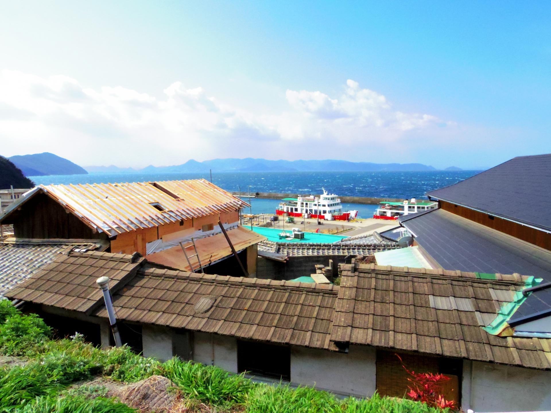 男木島の街から港を望む