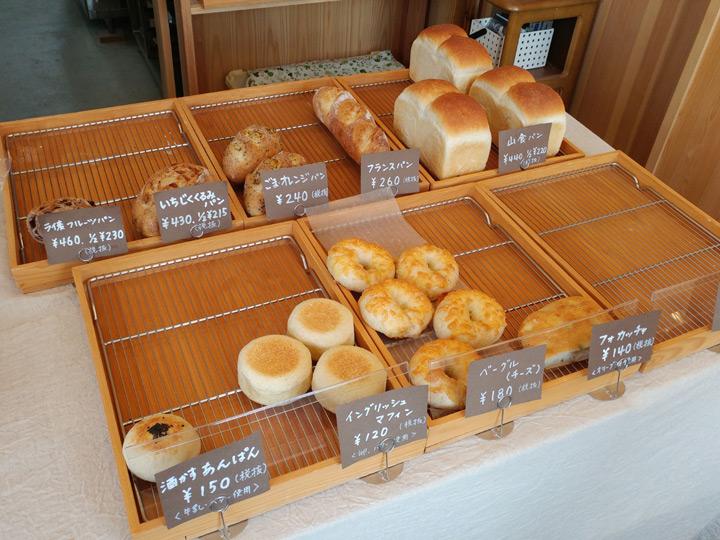 「美麻ベーカーリー」の店内に並ぶパン