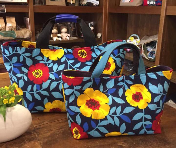 大きな花柄のバッグ