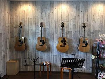 店内のステージとギター